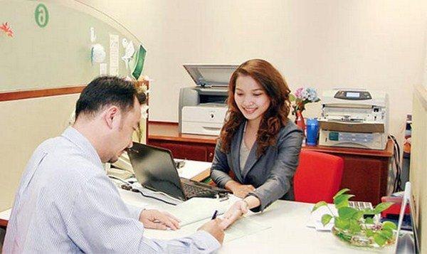 Nhân viên thực hiện ký kết hợp đồng với khách hàng